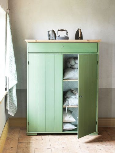 """Wer keine großen Schränke mag, findet im passenden Wäscheschrank """"Hurdal"""" von Ikea ausreichend Stauraum für Klamotten, Bettwäsche, Handtücher und mehr.:"""