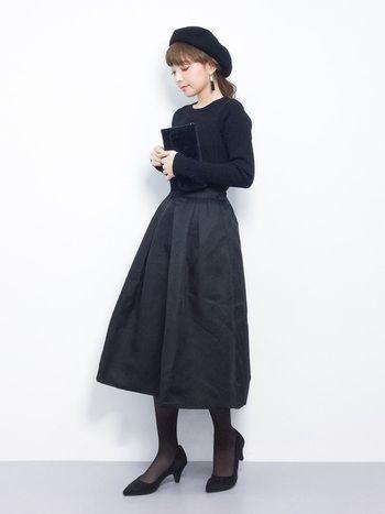 ニットにフレアスカート、ベレー帽にパンプス、ストッキングまでの全身を黒で固めたオールブラックスタイル。たまにはこんな、大人女子の魅力が広がる素敵なコーディネートはいかがでしょうか?