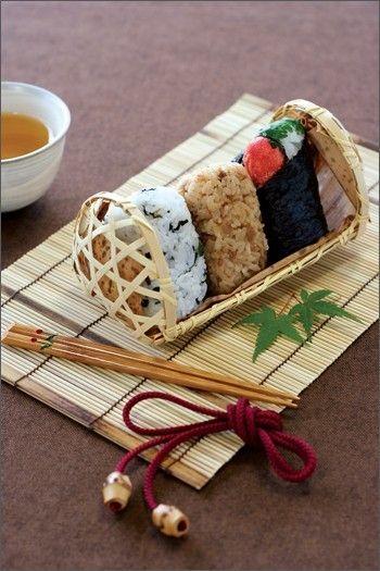 和食の盛りつけの基本は、「三」と「山」です。 一つのお皿に盛る食材の数が増えても、器に三角形を描くようにすると、盛りつけの構図がつくりやすいのです。