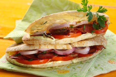 Κυπριακές πίτες με απάκι και σάλτσα γιαουρτιού - Γρήγορες Συνταγές |  quick recipes: Cypriot deli sandwich