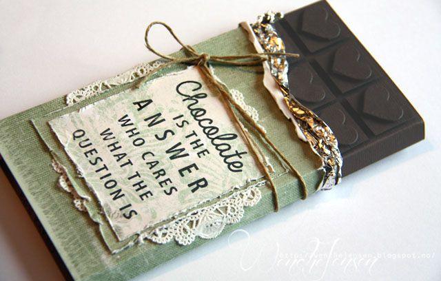En sjokoladegave kan pyntes på så mange måter, slik at gaven blir ekstra flott. Her er en klassisk variant til inspirasjon for dine egne sjokoladegaver. Perfekt presang til en venn som trenger oppmuntring, venninne- og vertinnegaver.