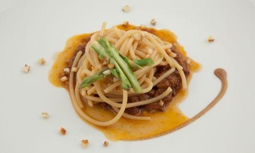Spaghettoni al Grano Matt, coda di bue, luppolo selvatico e orzo, il piatto con cuiLuca Caviola, sous chef del ristorante L'Chimpl da Tamio...