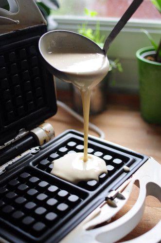 Ici la recette extra rapide d'un goûter qui se mange tiède, impeccable pour réchauffer les petits ventres des enfants ! Pour 12 gaufres (il est très facile de diviser la recette par 2, je dis ça je ne dis rien): 2 oeufs 45 cl de lait 10 cl d'huile neutre...