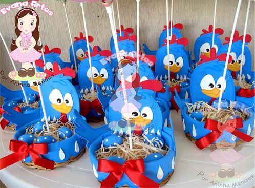 Centro de mesa da galinha pintadinha. O ninho é feito com garrafa Pet, e a Galinha e seus detalhes são feitos em EVA.