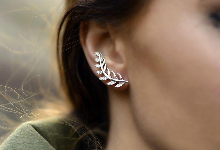 Los ear cuffs (manguitos de orejas) se ven en las pasarelas  de  Jean-Paul Gaultier, Roberto Cavalli, Jason Wu y Chloe, por nombrar algunos de los más famosos, como así también tienen su lugar en b…
