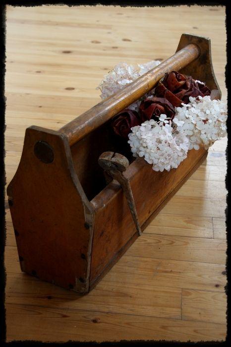 Vanha työkalupakki, hortensiaa ja vaahteranlehtiruusuja