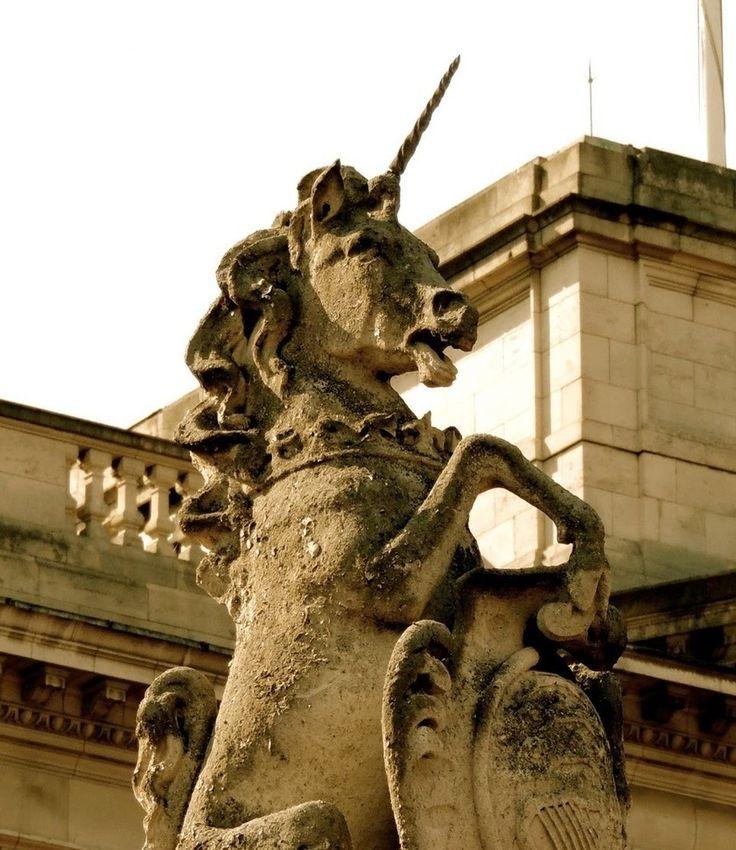 Animales Míticos El Unicornio  El Unicornio es una criatura mitológica representada habitualmente como un caballo blanco con patas de antílope barba de chivo y un cuerno en su frente. En las representaciones modernas sin embargo es idéntico a un caballo sólo diferenciándose en la existencia del cuerno mencionado.  Las primeras versiones del mito del unicornio son del médico griego Ctesias historiador griego del siglo V a. C. y datan del año 400 a. C. durante sus expediciones a la India quien…