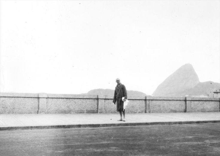 Le Corbusier na Praia de Copacabana em 1929.