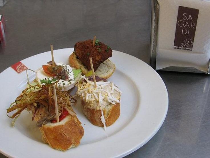 Tapas... Waarschijnlijk de meest bekende Spaanse gerechten. Tapas zijn er in alle soorten en maten. We hebben ze voor het gemak verdeeld in warme en koude tapas en een apart hoofdstuk voor pinchos, de Noord-Spaanse variant.