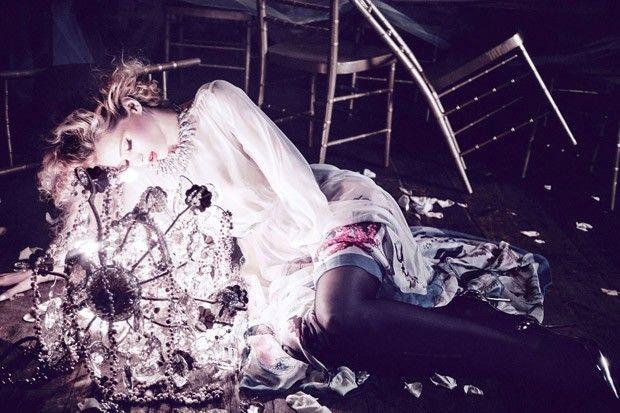 Фотограф Эллен фон Унверт (Ellen von Unwerth) создала фотосессию для Vs Magazine, в которой сняла австралийскую модель Эбби Ли (Abbey Lee).