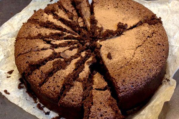 Το πιο υπέροχο σοκολατένιο κέικ χωρίς αλεύρι και χωρίς γλουτένη. Θυμίζει αφράτο μπράουνι και είναι το πιο συγκλονιστικό κέικ χωρίς γλουτένη!