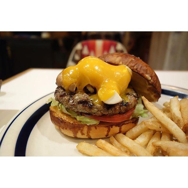 今月はザ オータムウィークエンドバーガーグリルした和牛パティにブラウンマッシュルームクルミチェダーチーズヒッコリーソースがガンっときいてて食欲そそる食欲の秋にもってこいのバーガー(-)/ #meallog #food #foodporn #burger #burger_jp #ハンバーガー #