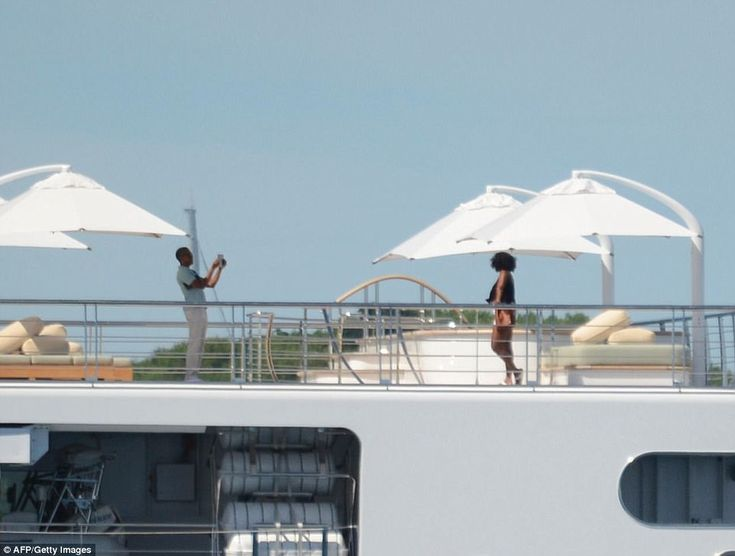 Barack and Michelle Obama pose superyacht in Tahiti | Daily Mail Online