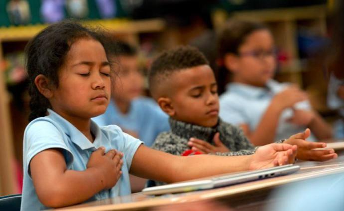Meditácia všímavosti (mindfullness) môže prebiehať aj v triede.