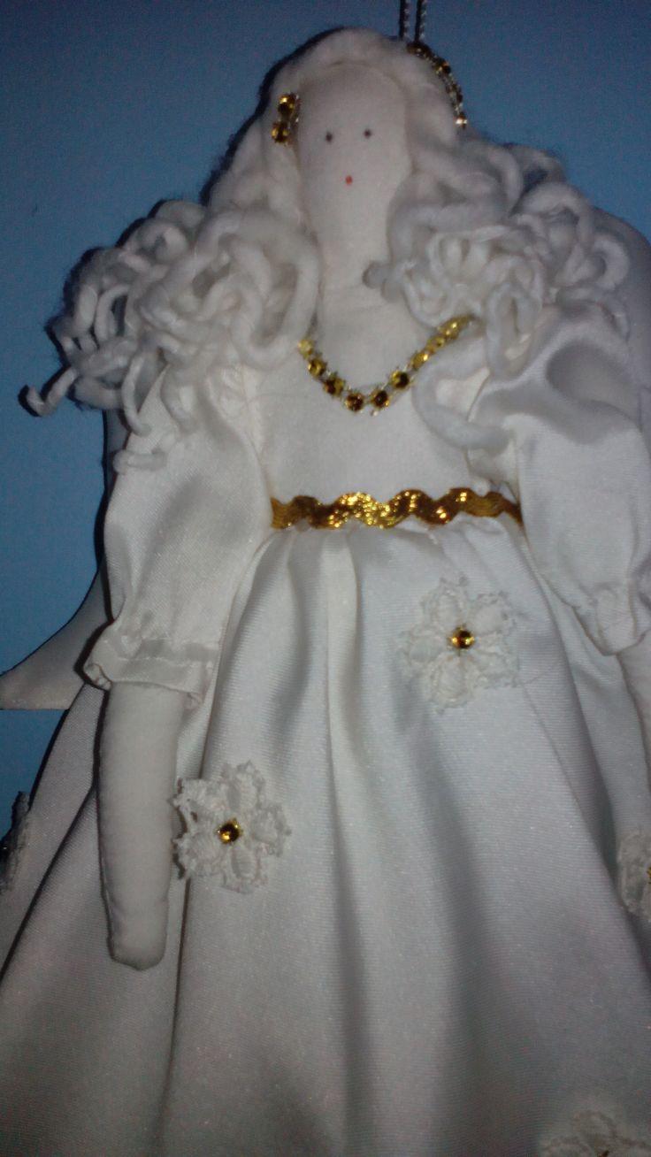 anioł z tkaniny ozdobiony złotą tasiemką i cyrkoniami