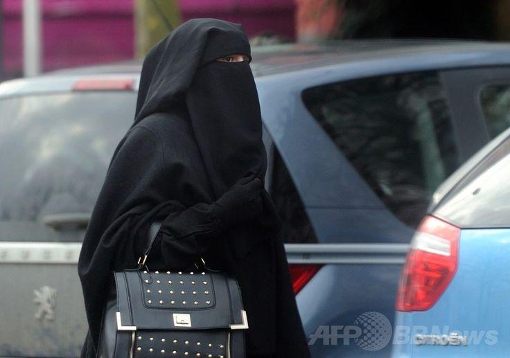 フランス・ルーベ(Roubaix)で、顔面を隠すベールの一種「ニカブ」を着用して街を歩く女性(2014年1月9日撮影、資料写真)。(c)AFP/PHILIPPE HUGUEN ▼2Jul2014AFP|仏ブルカ禁止法は「信教の自由侵害せず」、欧州人権裁 http://www.afpbb.com/articles/-/3019415 #Niqab #نقاب #Nicab #روبنده #Nicabe #نقاب #Nikab #Никаб