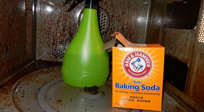 Mijn magnetron slash oven schoonmaken is niet mijn favoriete klusje en dus is de combi-magnetron inmiddels bijzonder smerig van binnen. Al eerder probeerde ik wat uit met azijn en soda, maar dat gaf niet de beloofde resultaten. Vervolgens las ik iets over de magische krachten van een dikke laag baking soda. Ik probeerde het uit.