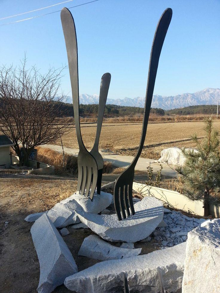 식사  2014년 작 철+화강암 330cm
