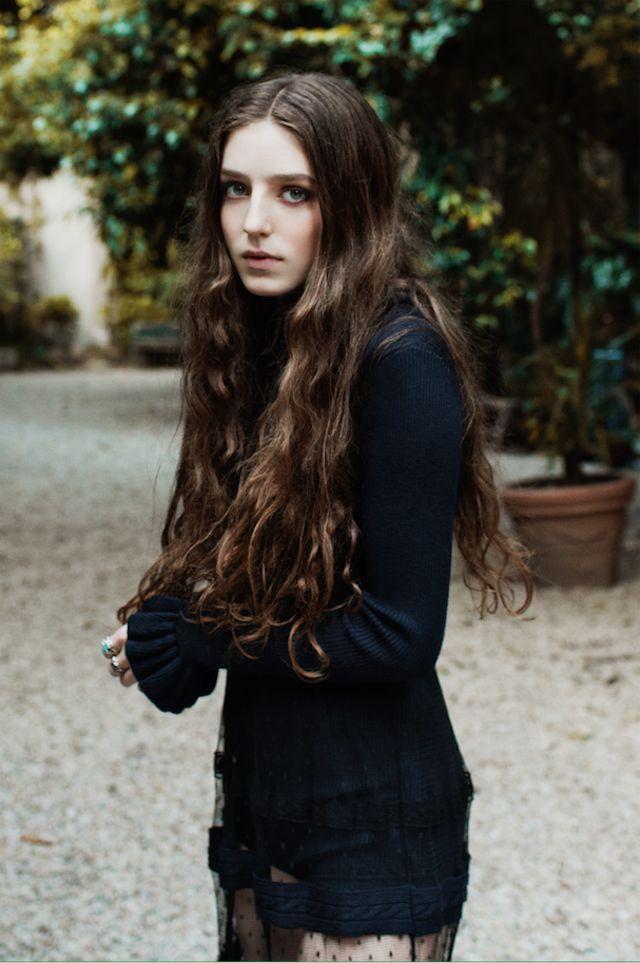Birdy è stata fotografata da Sonia Szóstak in total look Red Valentino