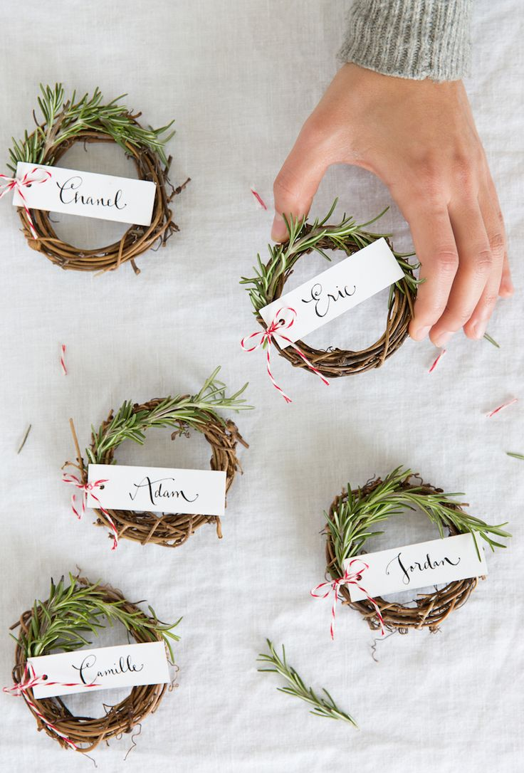 Mini decoraciones de navidad DIY rosemary wreaths for a holiday place card. Cute!
