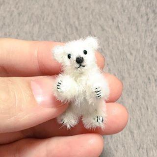 白い熊。 全長約3.5cm、座高約3cm。 首・四肢可動。ミニチュアファー。 2016年8月制作。 #マーガレットベア #MARGARETBEAR #テディベア #TeddyBear #miniature #dollhouse #ぬいぐるみ #stuffedanimal #kawaii #bear #animal