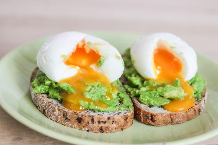 Завтрак.  Яйца всмятку с авокадо