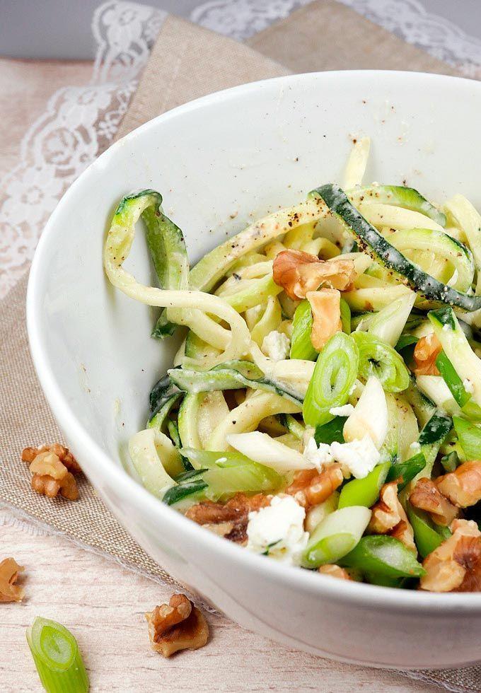 Low Carb Zucchini-Spaghetti mit Fetasahne und Walnüssen - Gaumenfreundin - Food & Family Blog