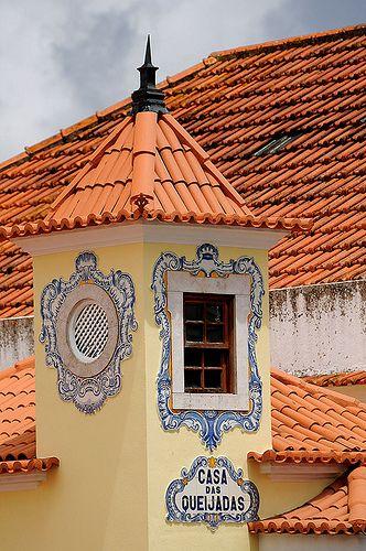 Sintra, Portugal. Os azulejos emolduram a janela em madeira.