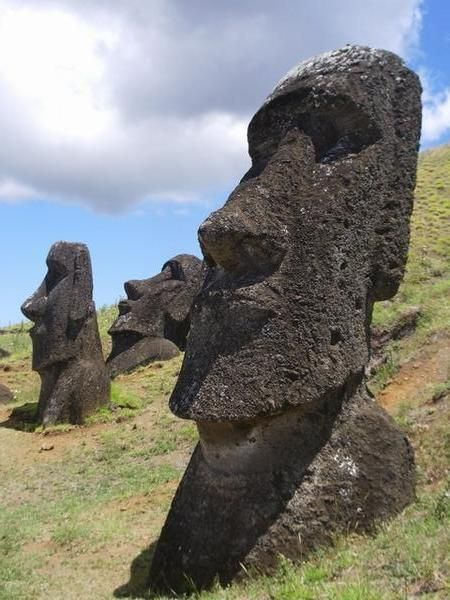 Las cabezas de los Moái de Isla de Pascua tienen cuerpo y brazos esculpidos