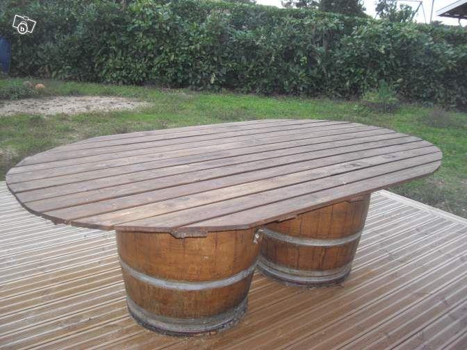 table en bois sur tonneaux de vin ameublement gironde maison ext rieurs. Black Bedroom Furniture Sets. Home Design Ideas