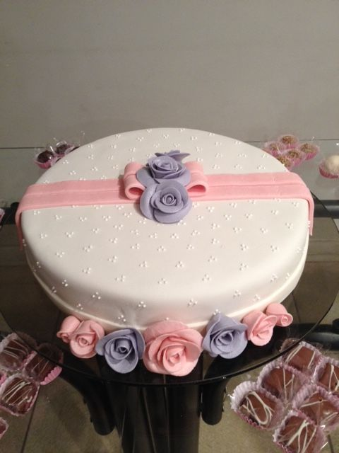 Bolo confeitado com pasta americana com flores roxa e rosa ...
