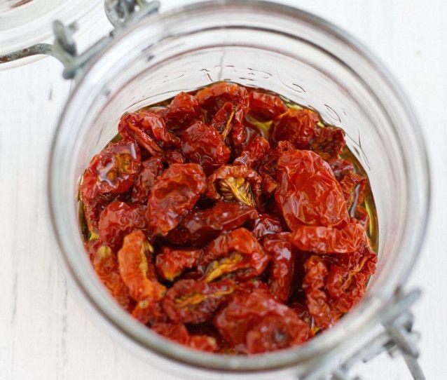 Vous ne savez plus quoi faire avec vos petites tomates cerises? Apprenez comment conserver vos tomates et c'est vraiment délicieux :)