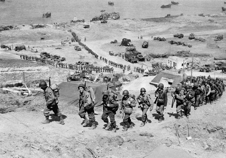 Американские солдаты поднимаются по склону на побережье Омаха [1]