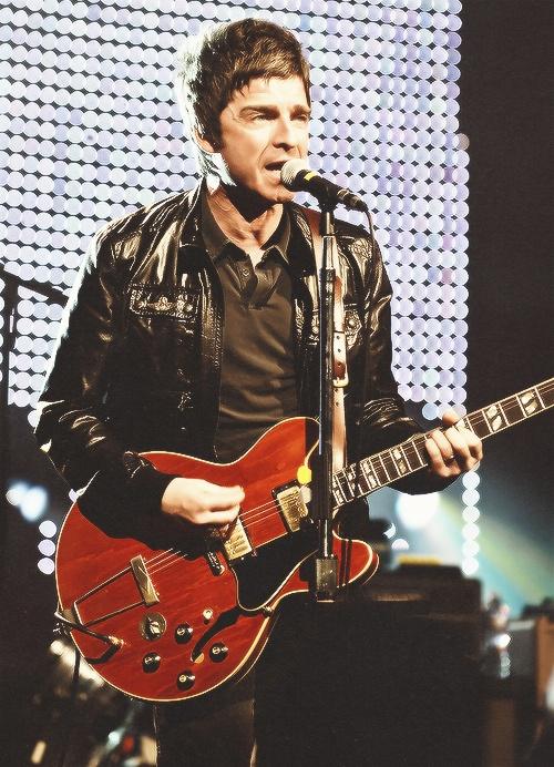 Noel Thomas David Gallagher is een Britse muzikant, vooral bekend als de voormalige gitarist en songwriter van de britpop/rockband Oasis. Na het uit elkaar gaan van Oasis ging hij solo verder met zijn eigen band: Noel Gallagher's High Flying Birds.
