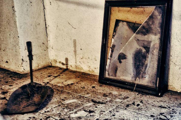 """Cuando haces muchas fotos sobre un mismo tema llega un momento en el ya no se te ocurre nada. Pero de momento te encuentras con un cogedor y un viejo espejo roto en un sucio desván y entonces tu cabeza empieza a maquinar... Y a esta foto la llamaré """"El cogedor de reflejos rotos""""... y retocandola bastante y dándole un toque antiguo ya tienes foto para el reto.  Dia 24 del proyecto #agostoen31clicks de @rebecalopeznoval. Hoy presentamos reflejo.  #reflejo31clicks #reflections #mirror…"""