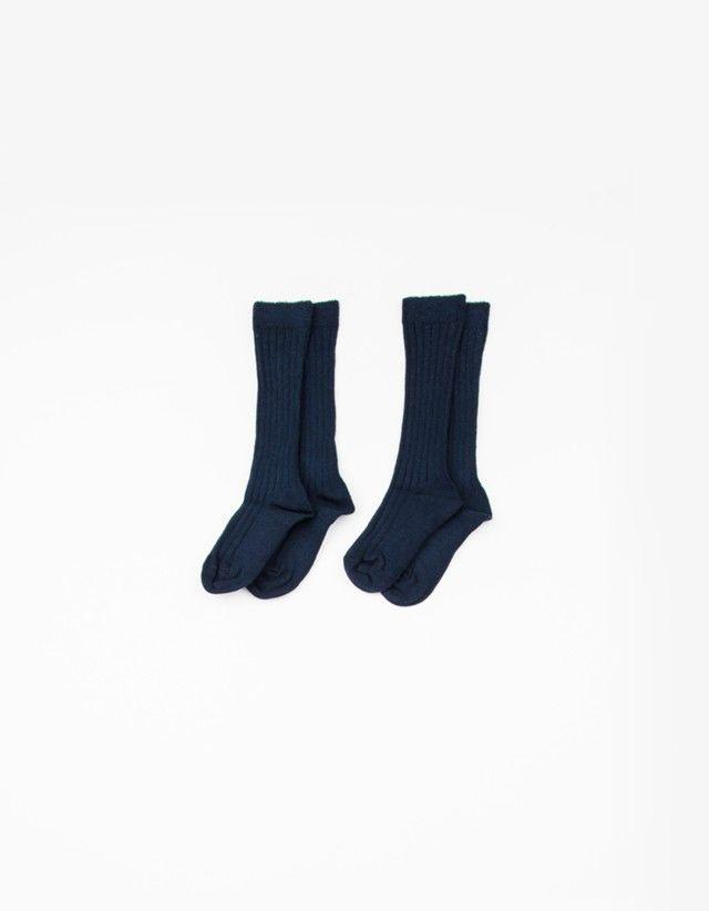 Pack 2 meias altas caneladas muito confortáveis em algodão e elastano. Elásticos e confortáveis são imprescindíveis no armário do seu bebé este inverno.
