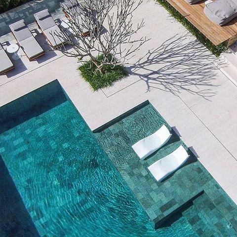 Como não amar as piscinas revestidas com Hijau? Esse verdadeiro refúgio da foto é obra do paisagista @alexhanazaki . #piscinas #pedrahijau #greensakabumi #batuhijau
