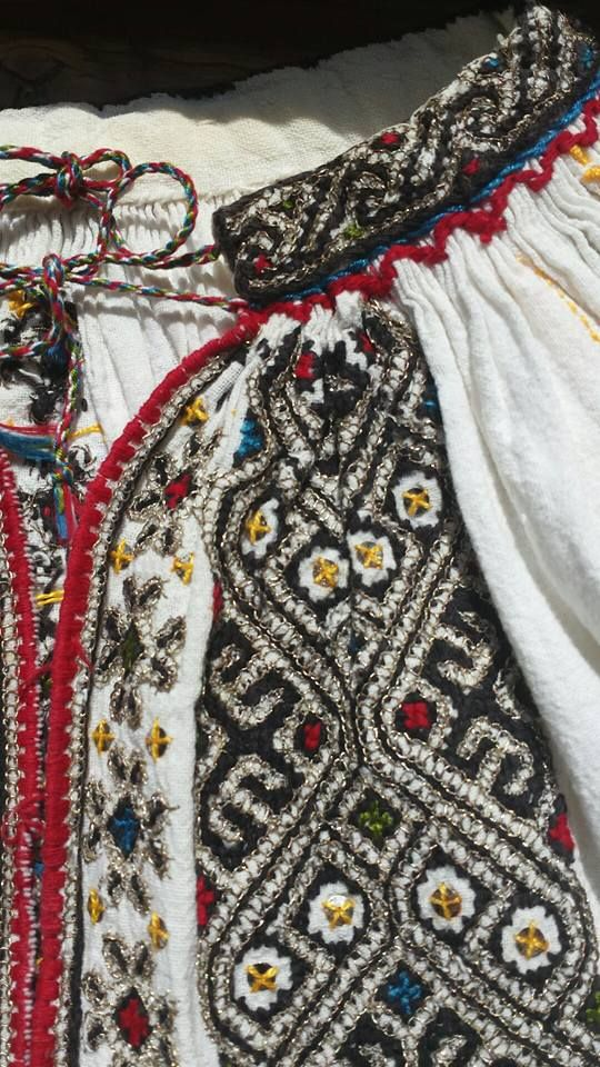 Romanian blouse - ie - detail. Vrancea region. Nelu Dumitrescu collection. (Gulerul mai ingust decit 'bratara')