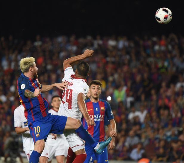 Remate de cabeza de Messi para materializar el tercer gol para el Barça.