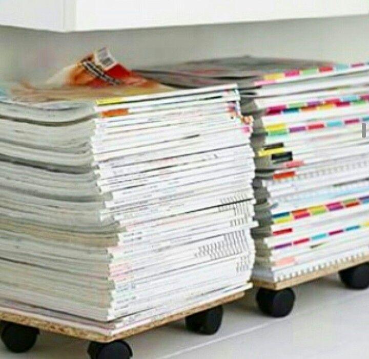 Organizando as revistas. Placa de madeira e rodinhas!