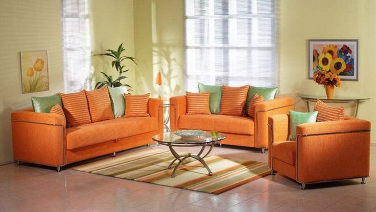 Яркий оранжевый диван в декоре гостиной