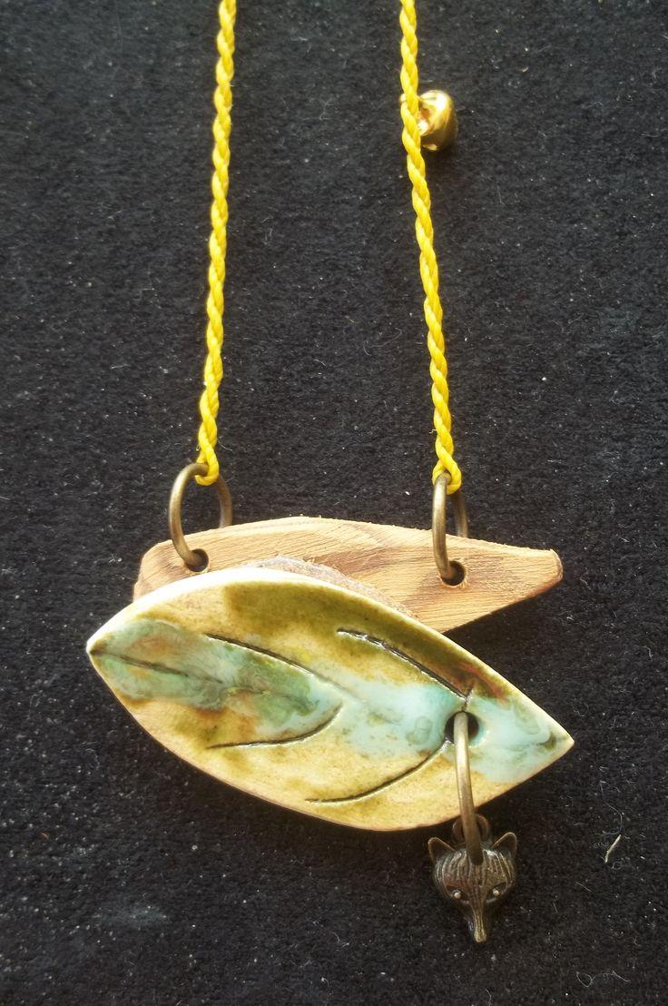 accesorio de arcilla esmaltada y madera de pinotea
