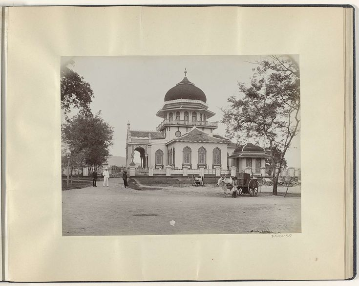 Anonymous | Mannen met een ossenkar voor de grote moskee van Banda Atjeh, Anonymous, c. 1895 - 1905 | Onderdeel van Reisalbum met foto's van bezienswaardigheden in Italië, Zwitserland en Nederlands-Indië.