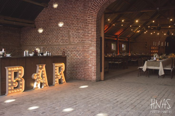 Estancia Santo Domingo, Lobos - casamiento - boda - ambientación - wedding - decorwedding - campo - caballerizas, barra, drinks, cartel luminoso