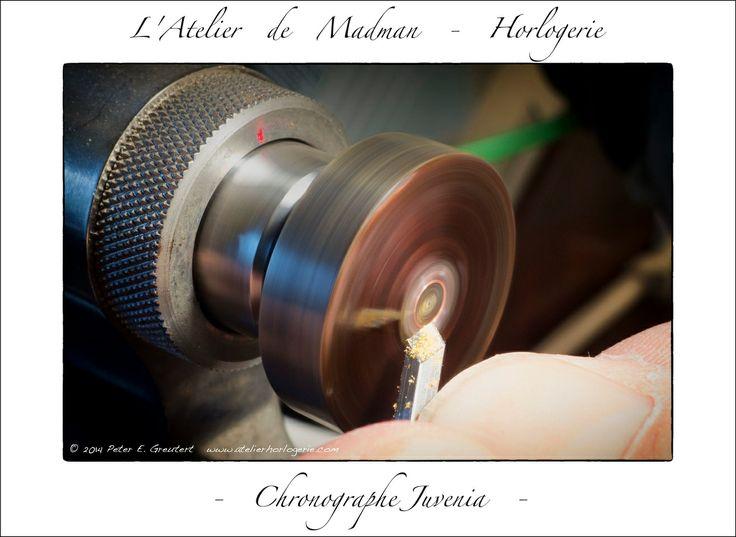 Je colle la roue et la bague à la gomme laque sur un tasseau et coupe l'excédent à ras la roue. Il suffit ensuite de décoller les pièces et de les nettoyer pour enlever l'excédent de gomme laque.