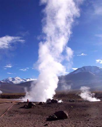 TOUR A LOS GEYSER DEL TATIO Salida a la 04:30 desde su hotel en San Pedro de Atacama, para tomar camino ripiado, áspero por el cual comenzamos ascender hacia los Geysers del Tatio ubicado a una distancia de 97 Kms de San Pedro y a una altitud de 4.300 mts..