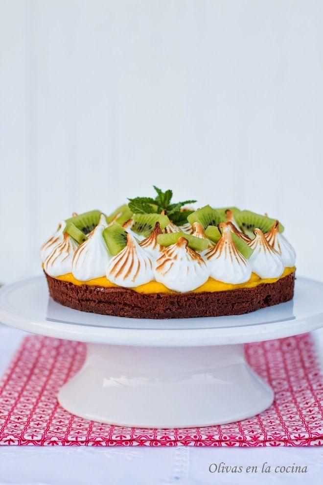 Tarta de chocolate con una crema de fruta de la pasión, coronada por merengue y kiwi.