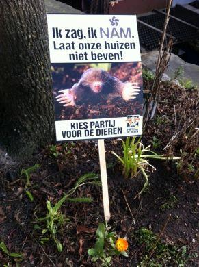 Door de hele stad Groningen heeft de Partij voor de Dieren protestborden tegen de aardgaswinning geplaatst