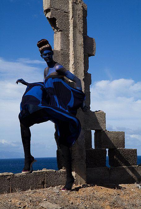 в образе голова или шея(!) синяя  синие кончики пальцев+ футуристичный наряд из легких текстур