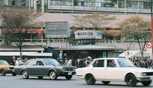 昭和47年当時の東京・数寄屋橋。大気汚染表示板が設置されている(1972年撮影) 【時事通信社】